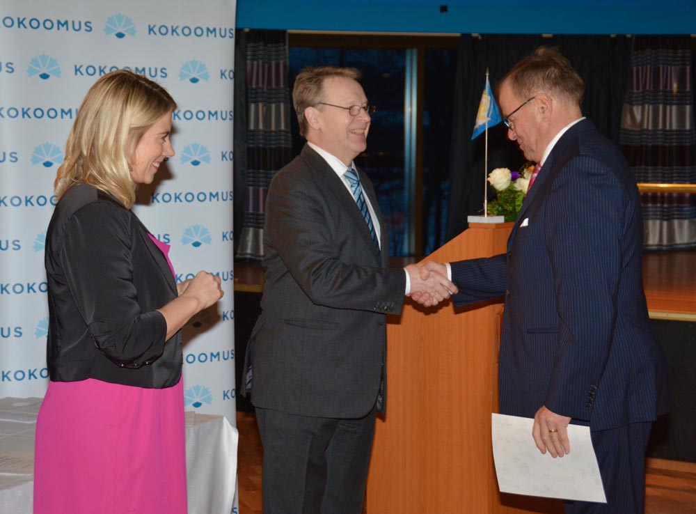 Tarmo Kangas sai puolueen myöntämän valkoisen leijonan ansiomerkin  ministeri Ilkka Kanervalta ja kansanedustaja, piirihallituksen pj. Saara Sofia Sireniltä.